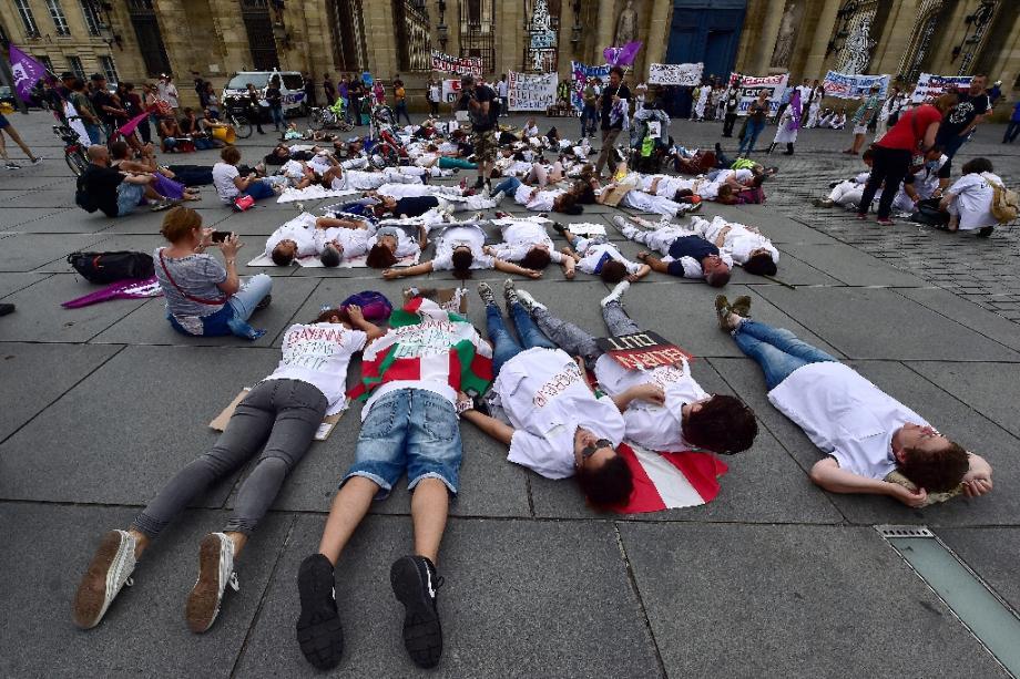 Des professionnels de la santé participent à une mobilisation à Bordeaux.