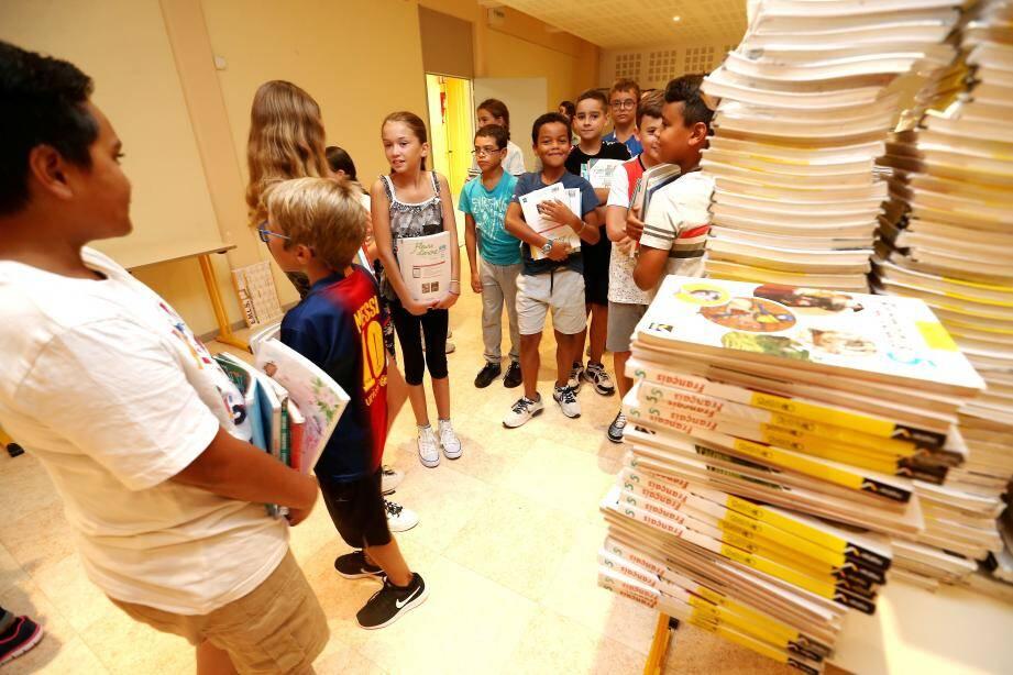Au collège Villeneuve (ci-dessus), les 6es ont eu plaisir à récupérer leurs livres pour l'année. Les parents des élèves du collège Alphonse-Karr (ci-dessous), ont eu droit à une longue entrevue enrichissante avec le personnel encadrant.
