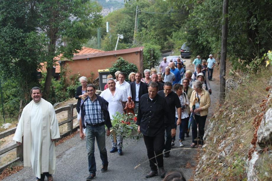 La procession réunit l'ensemble des habitants du quartier.