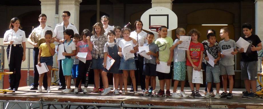 Instrumentistes des Équipages de la Flotte et chorale de l'école, la rentrée à Jules Muraire était musicale.