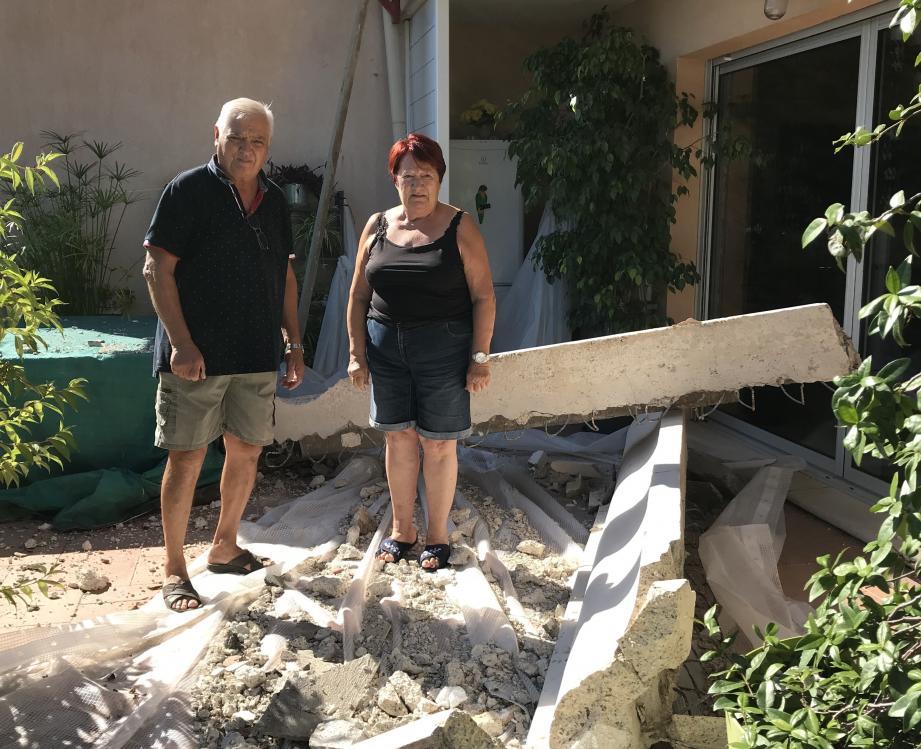 À la place où ils déjeunaient durant l'été, s'est écrasée une corniche de béton qui ornait la façade et devait être démontée.