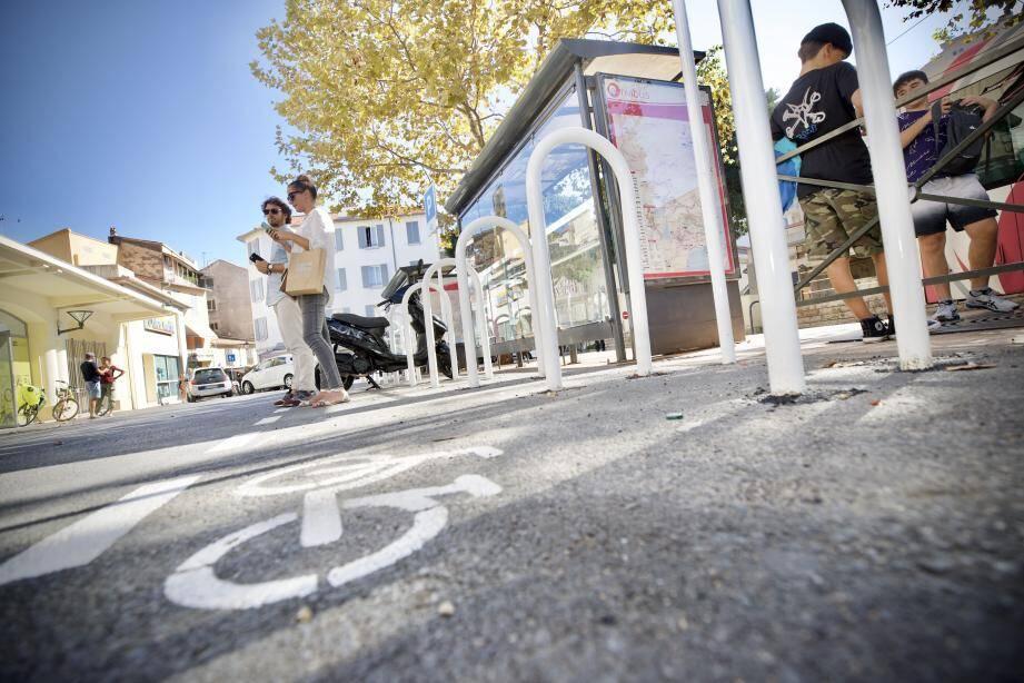 Outre les locaux dédiés à la mobilité désormais ouverts, la place Guynemer est depuis peu équipé d'un parc à vélos avec des arceaux métalliques.