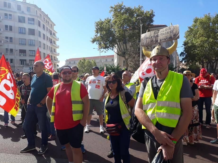 Drapeaux CGT au vent, les manifestants ont parcouru le centre-ville contre la réforme des retraites du gouvernement.