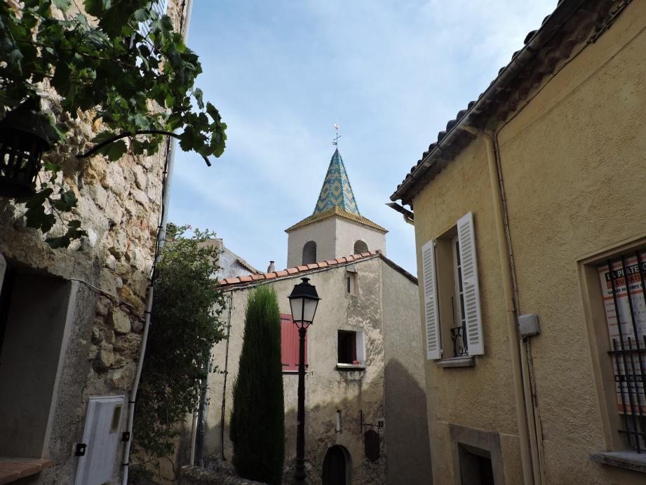 Frédéric Forel au moment de la bénédiction, avec Camille Bouge et Don Henri, curé de la paroisse. En haut : le clocher entièrement réhabilité domine le village et la plaine.
