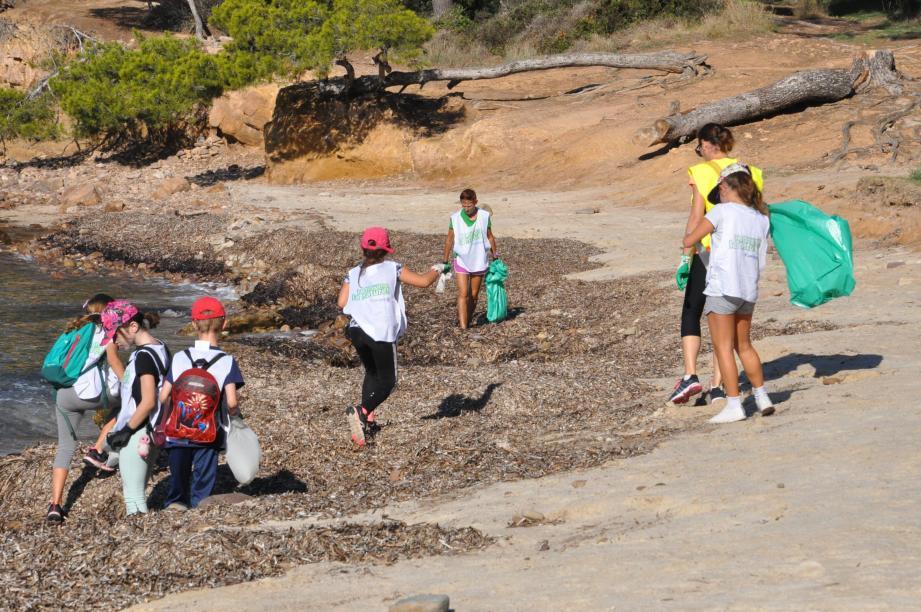Gilles Vincent, le maire, Catherine Defaux, adjointe à l'environnement, la santé et la jeunesse, entourés de nombreux bénévoles prêts à se remonter les manches pour préserver l'environnement.