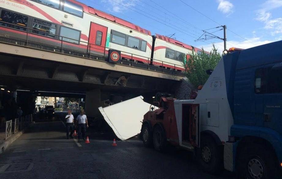 À 10 heurs, les opération de relevage du camion accidenté était toujours en cours.