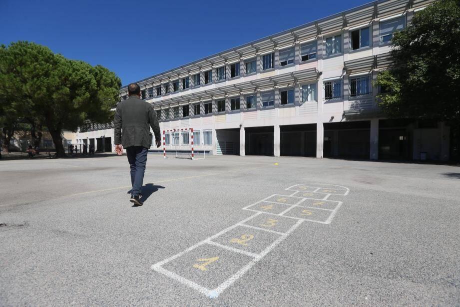 Voici la cour de l'école Pagnol de Nice, à L'Ariane, et ses 1.500 m2 de bitume à réinventer en vert.