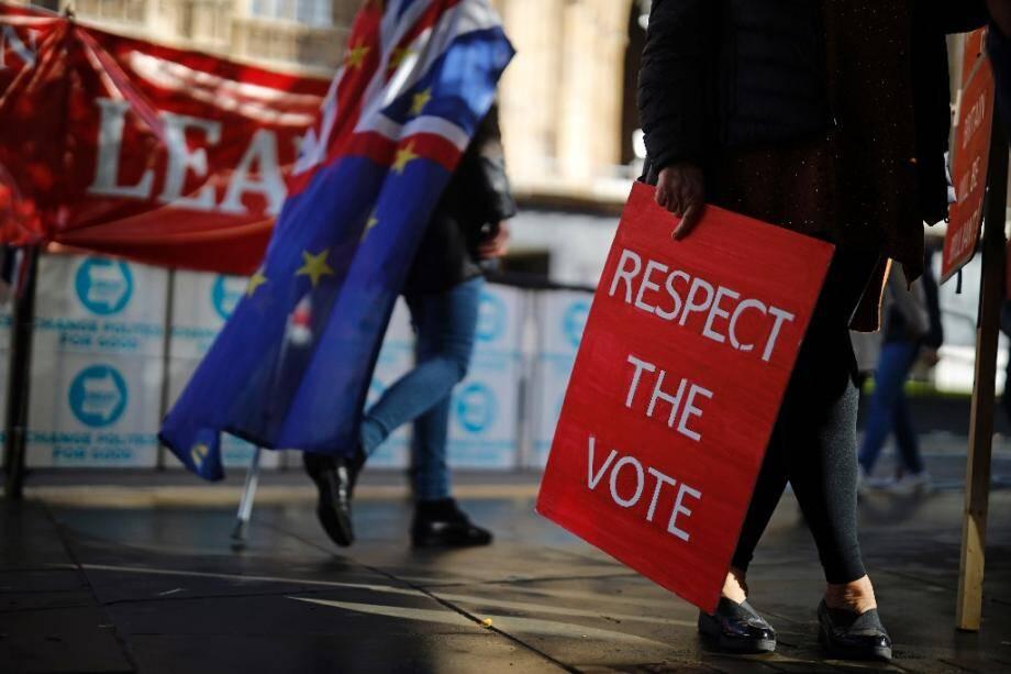 Des militants pro-Brexit et anti-Brexit le 17 octobre 2019 à Londres