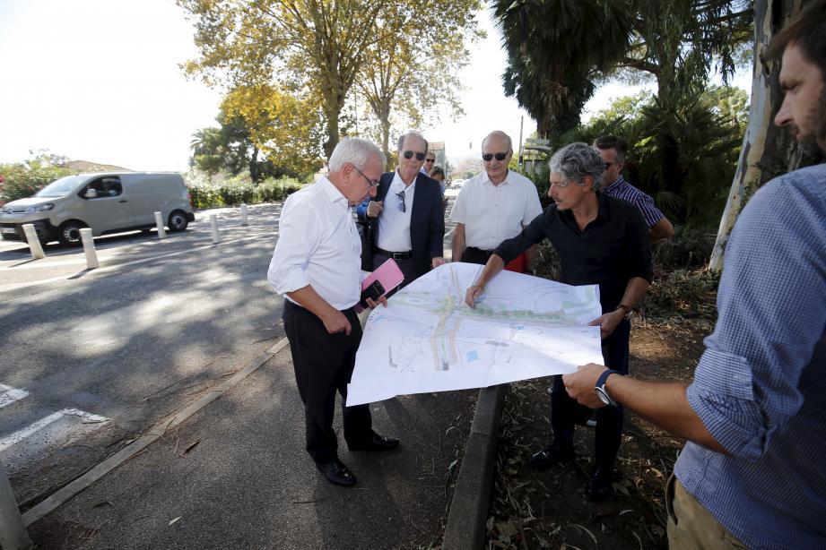 Dernière visite sur le terrain pour le maire, les riverains et les services de la Ville. Pour l'instant peu visible, la limite entre Antibes et Golfe-Juan va être revue et corrigée. Cela passe par le réaménagement de l'avenue de Cannes.