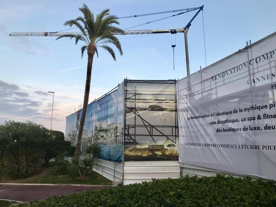 La façade Nord du Palm Beach est déjà en rénovation, avant l'ouverture du restaurant La Petite Maison en avril 2020.
