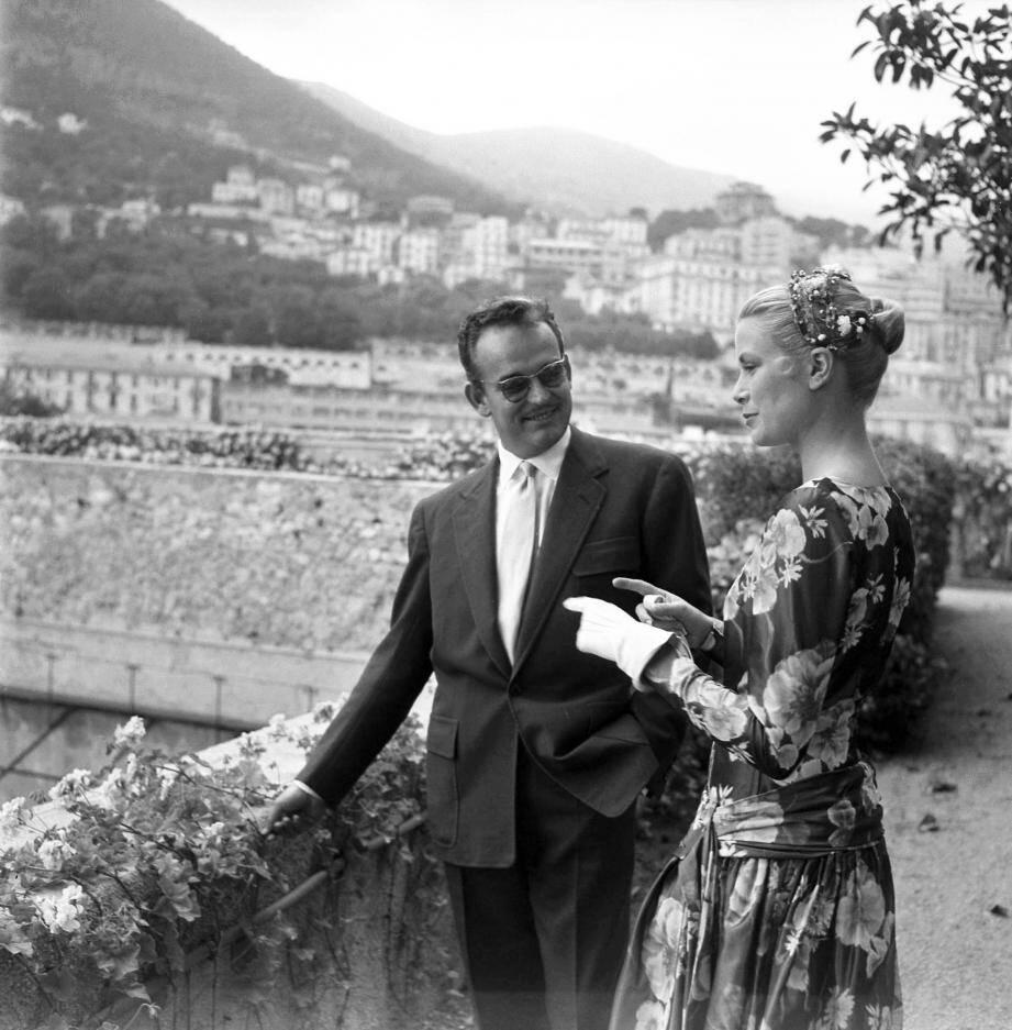 Dans les jardins de Palais, ce jour de mai 1955, le prince Rainier III fait découvrir la vue à son hôte du jour : l'actrice Grace Kelly.