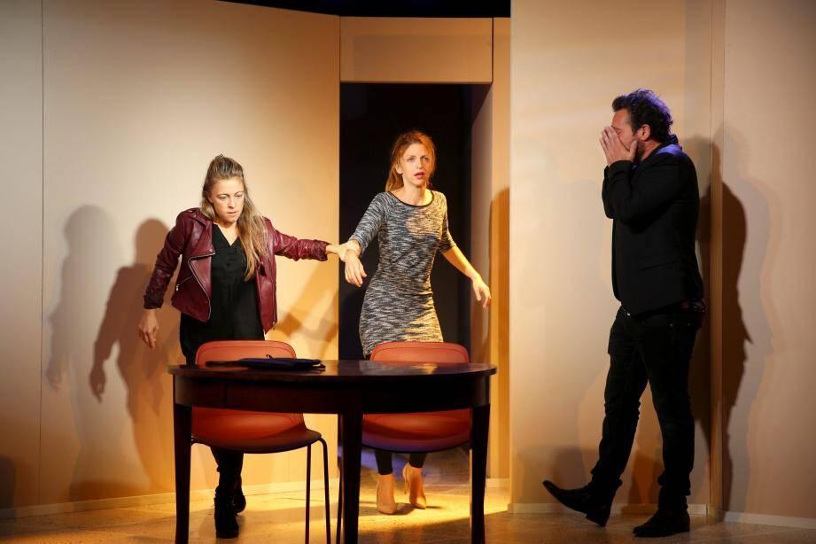 Brûler des voitures, la toute dernière création de la compagnie de théâtre monégasque, est présentée au théâtre des Variétés le 7 novembre.