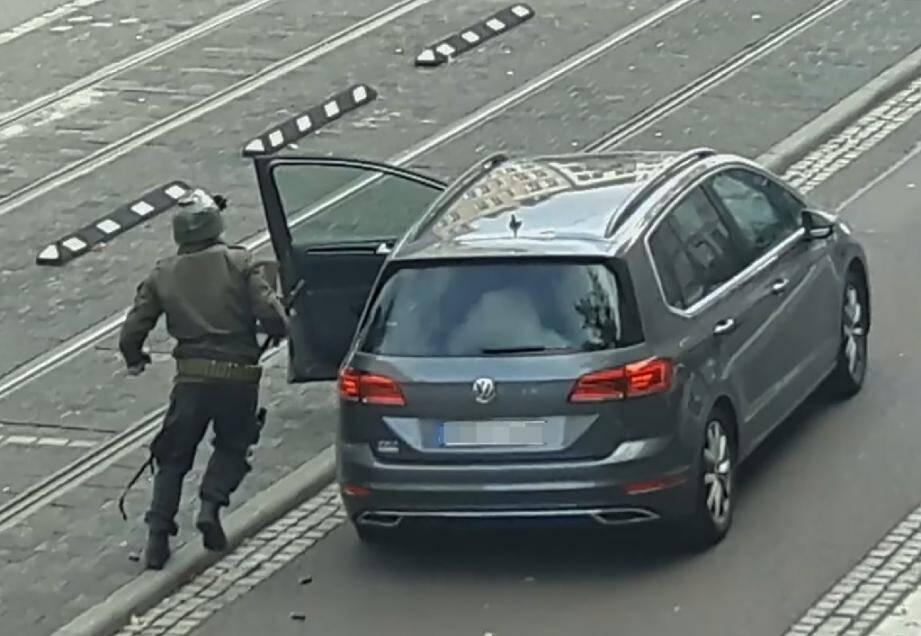 Capture d'écran d'ATV-Studio Halle montrant un homme armé, suspecté d'être l'auteur d'une attaque contre la synagogue de Halle, le 9 octobre 2019 en Allemagne