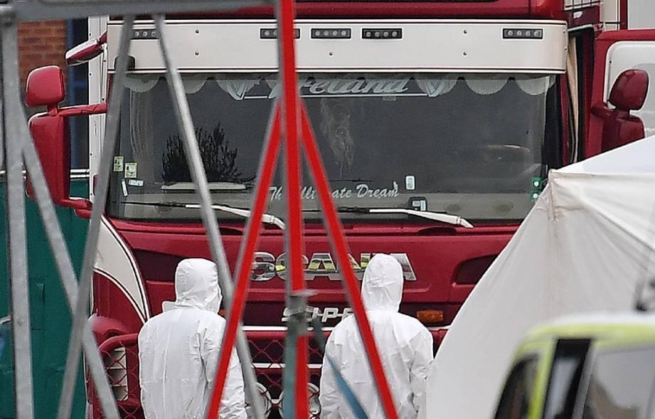 Des policiers légistes devant le camion frigorifique dans lequel 39 corps ont été découverts, le 23 octobre 2019 à Grays, près de Londres.