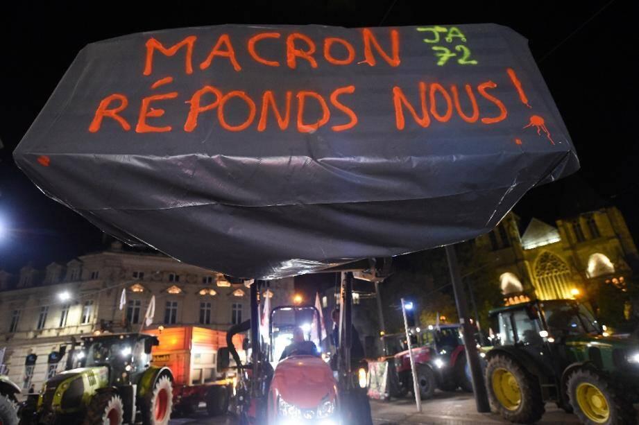 """""""Macron, réponds-nous!"""", première manifestation de paysans devant la préfecture de la Sarthe, au Mans, le 21 octobre 2019"""
