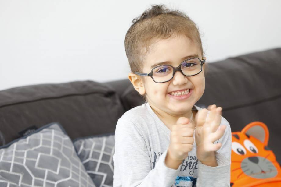 Amine, 4 ans, est atteint par des tumeurs cérébrales. Malgré les opérations et les traitements, il est toujours malade.