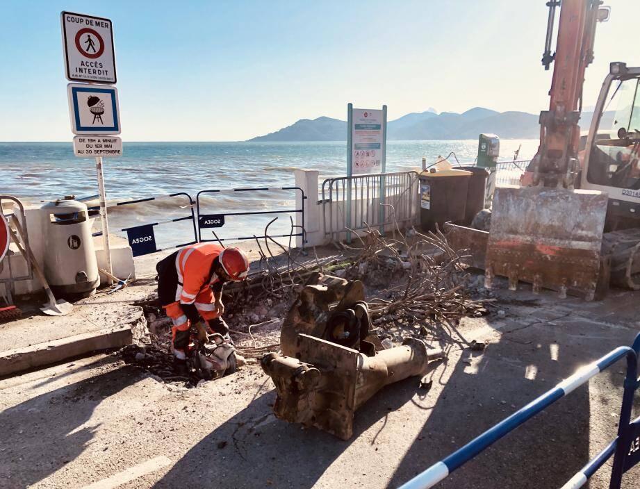 La rupture de canalisation au lieu vers le kiosque 27, à Cannes.
