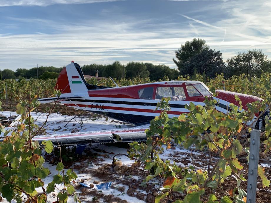 Un avion de type monomoteur a effectué un atterrissage d'urgence.