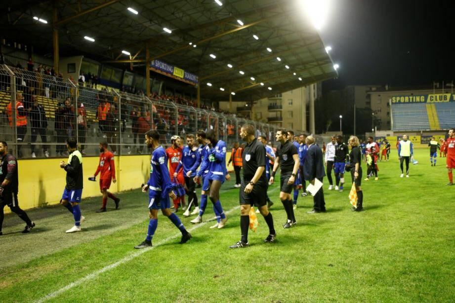 Samedi soir au stade Bon-Rencontre, le match de coupe de France entre Saint-Mandrier et Fréjus-Saint-Raphaël (0-3) a été interrompu à la suite de débordements en tribunes.