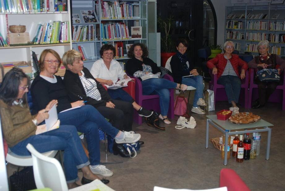 Les responsables de la bibliothèque (debout) animent ce rendez-vous mensuel au cours duquel les participants échangent sur des livres, films ou musique, avant une projection au cinéma.