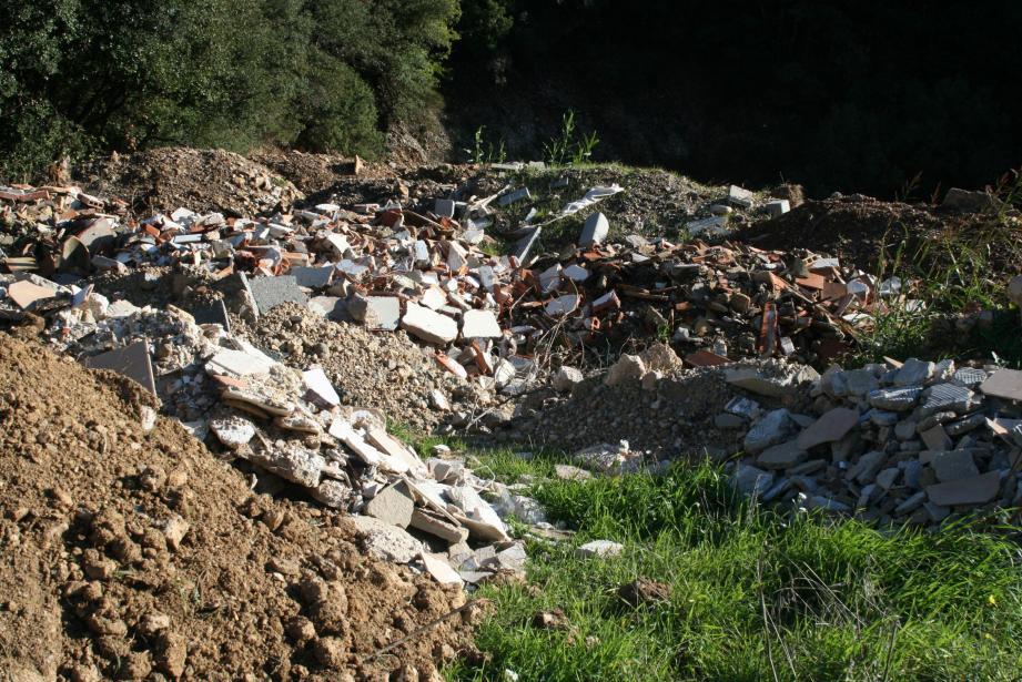 La décharge continue à ce jour à être régulièrement alimentée, en toute illégalité… Sa dépollution s'annonce longue. La municipalité va commencer par monter les dossiers relatifs à ce projet et solliciter des subventions.