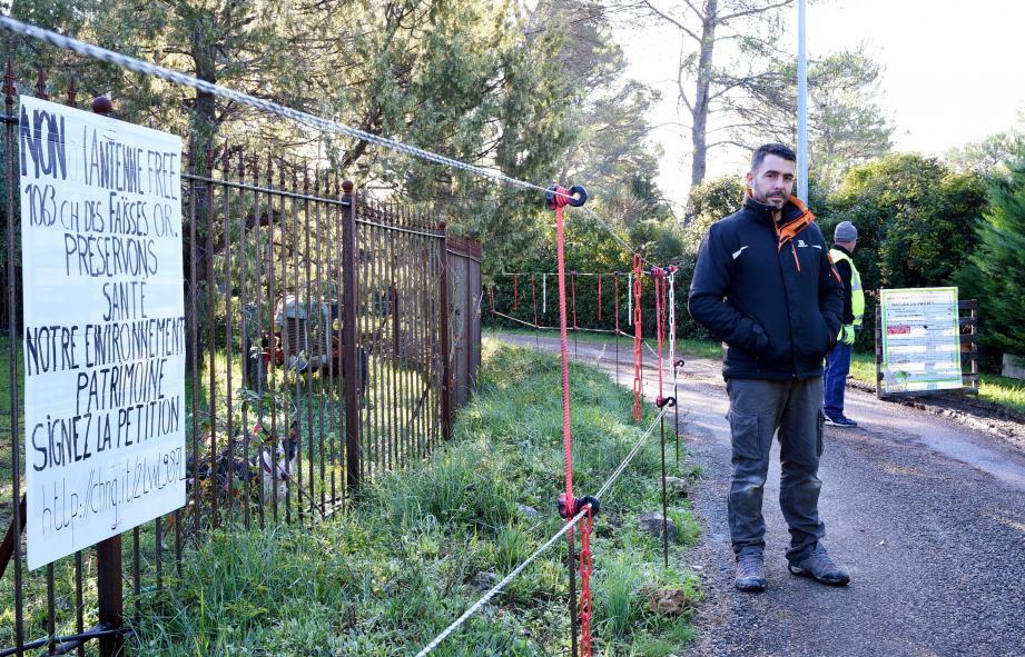 Les riverains se mobilisent contre l'installation d'une antenne-relais près de leur lieu de résidence. Ils dénoncent des raisons esthétiques, de nuisances sonores et sanitaires.
