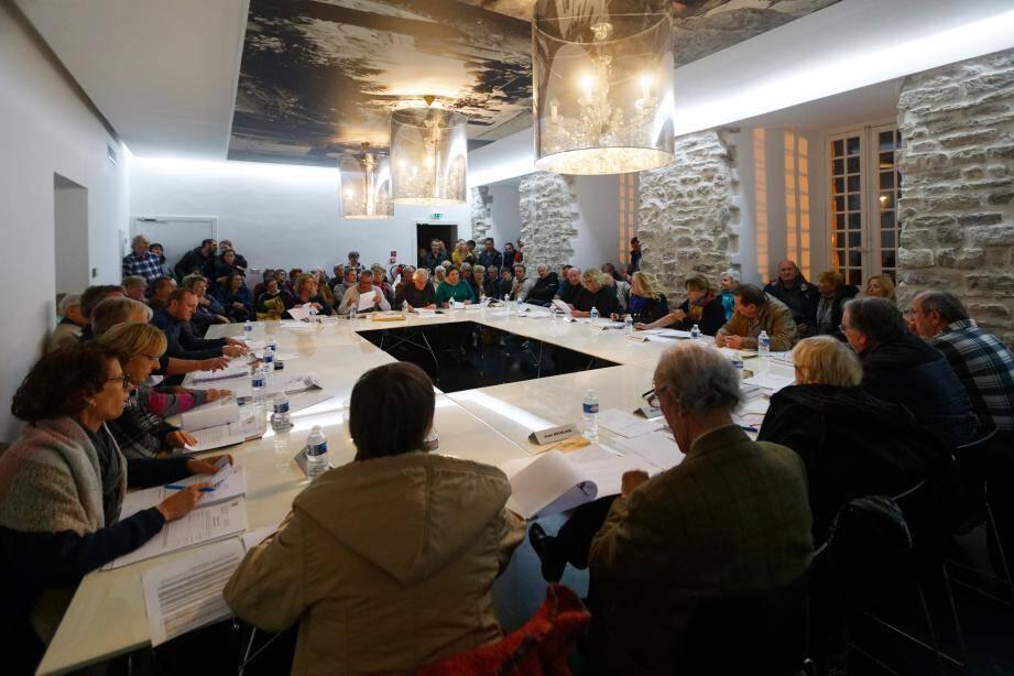 De nombreux résidents du domaine de la Bergerie ont assisté à la séance du conseil municipal lors de laquelle le sort du parc résidentiel de loisirs liquidé a été scellé, mardi soir.