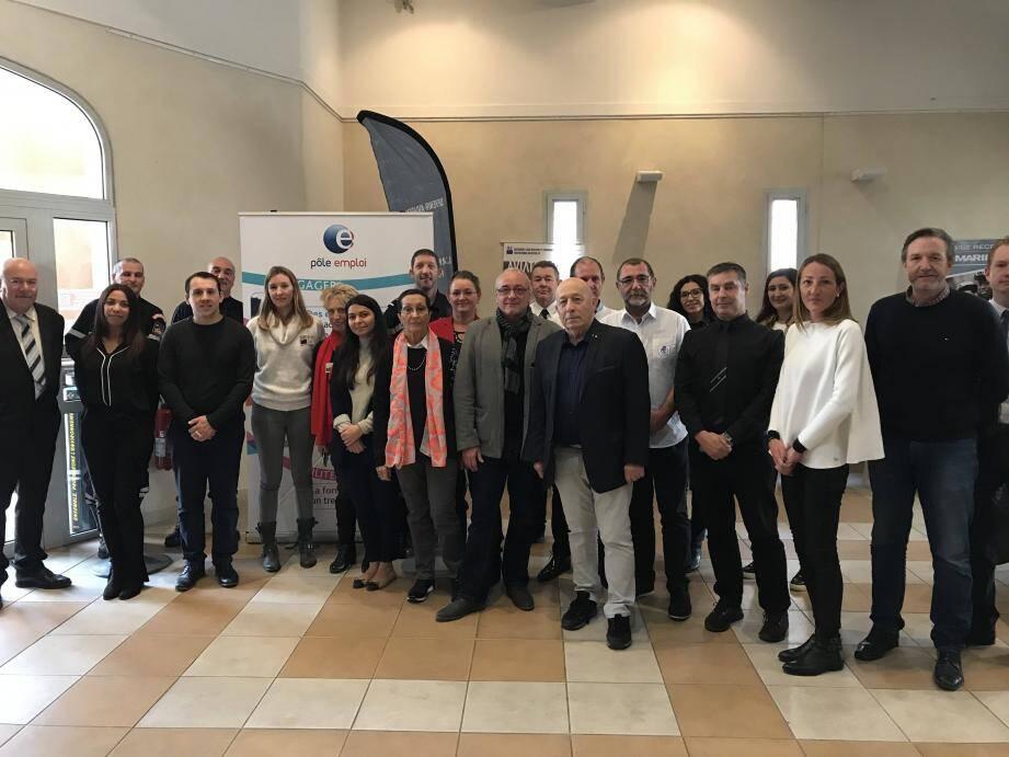 Michel Thuillier, adjoint délégué à la sécurité (veste noire, pantalon clair), Jeannine Baudrand (adjointe déléguée à l'emploi (avec le foulard blanc et orange) entourés des partenaires du forum.