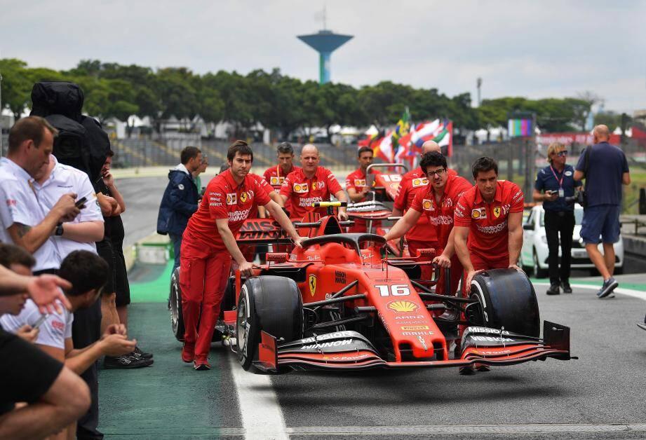 La Ferrari de Charles Leclerc  va négocier le virage d'Interlagos avec un nouveau moteur. Un changement de trop qui contraindra le Monégasque à reculer de dix places sur la grille de départ.