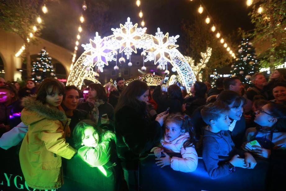 Polygone Riviera est illuminé pour les fêtes.