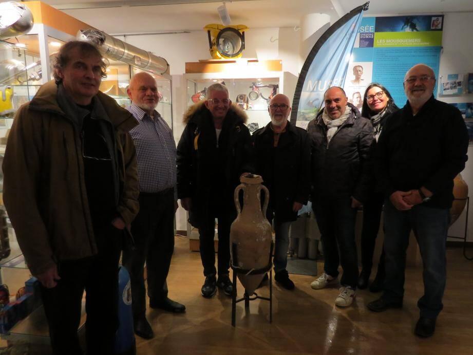 L'équipe du musée Dumas et celle du Jason Archéo Sub célèbrent l'arrivée de cette amphore.
