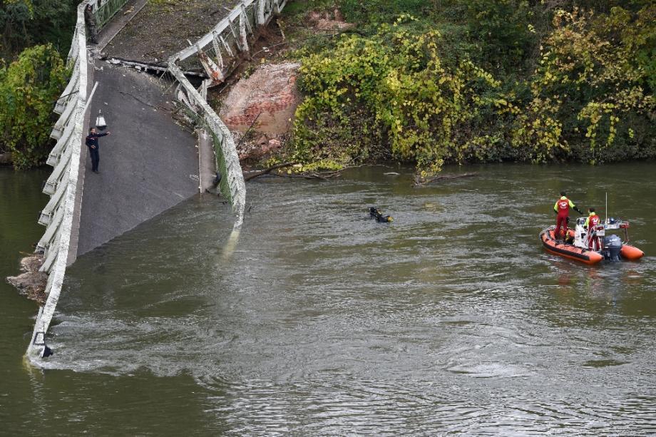 Les secouristes en action après l'effondrement d'un pont à  Mirepoix-sur-Tarn, près de Toulouse, le 18 novembre 2019