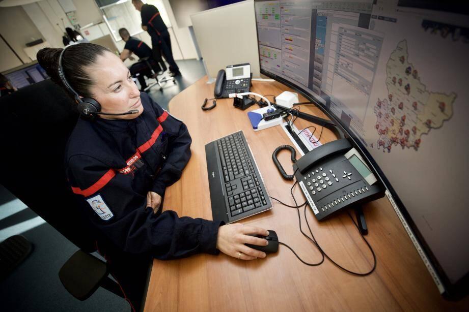Sara Lopez, opératrice du traitement de l'alerte au Sdis, à Cagnes-sur-Mer.