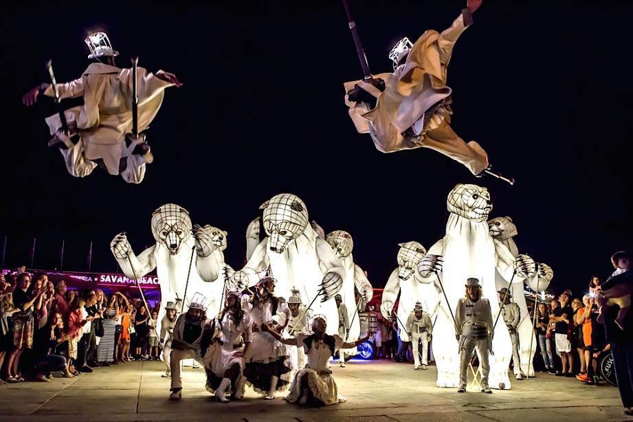 La parade des jouets (en bas), celle de «Gueules d'ours» (ci-dessus) et du «Carosse-coeur» (en haut à droite) s'annoncent comme des temps forts des festivités de fin d'année à Brignoles. Tout comme le spectacle de La reine des neiges, la patinoire, le feu d'artifice, le Gros souper...
