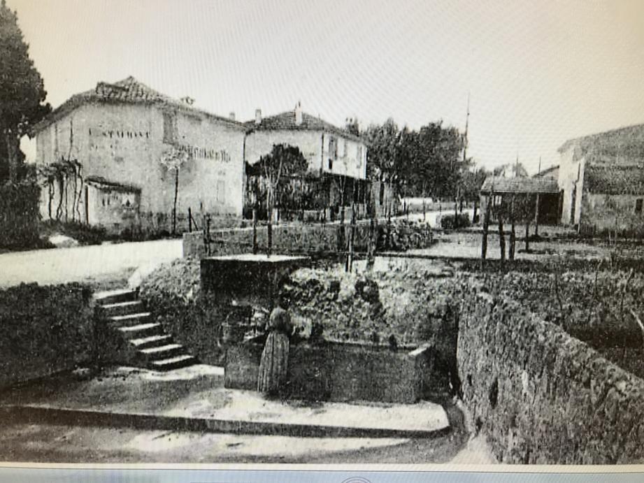 L'ancien lavoir de la Fontonne est enterré à proximité de ce parking. Un vestige, intact selon ses défenseurs, à préserver lors de la contruction prévue d'une résidence pour personne âgées.(DR )