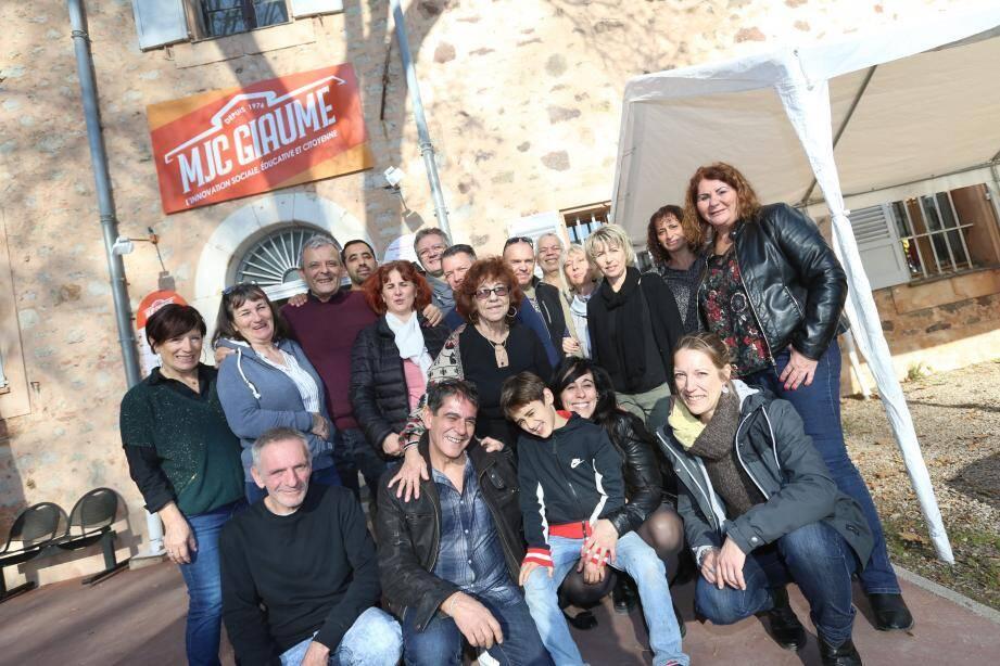 Accueillis par le directeur de la MJC Giaume  Noré Mezouar, les anciens pensionnaires partis trois semaines en Sicile à bord d'un vieux bus, et leur accompagnateur Bernard Oheix.
