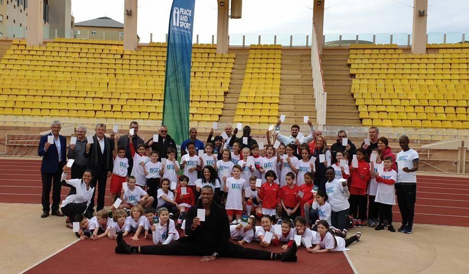 Enfants et champions ont brandi le fameux carton blanc de la paix.