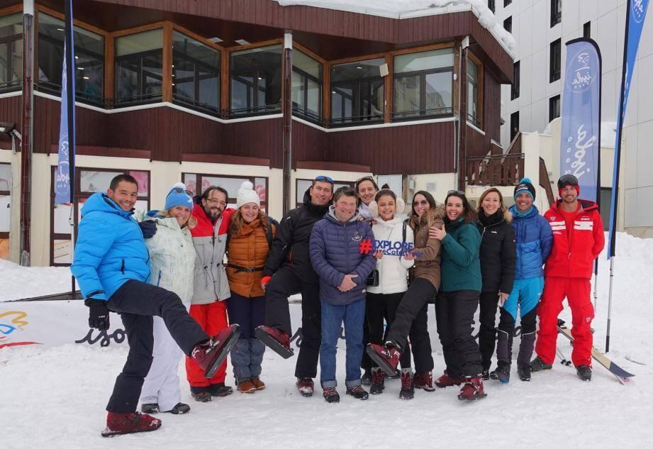 Le personnel des offices de tourisme de la Métropole autour de Lionel  Fernandez, directeur de l'OT d'Isola 2000, au milieu, tout en bleu.