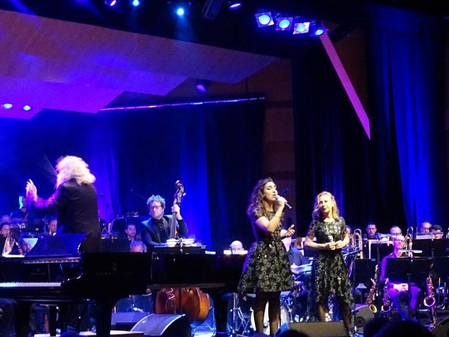 Tour à tour au piano ou chef d'orchestre, Yvan Cassar (à gauche) a accompagné Nathalie Dessay et sa fille Neïma, révélation de cette soirée de clôture de l'année pour le Philharmonique.