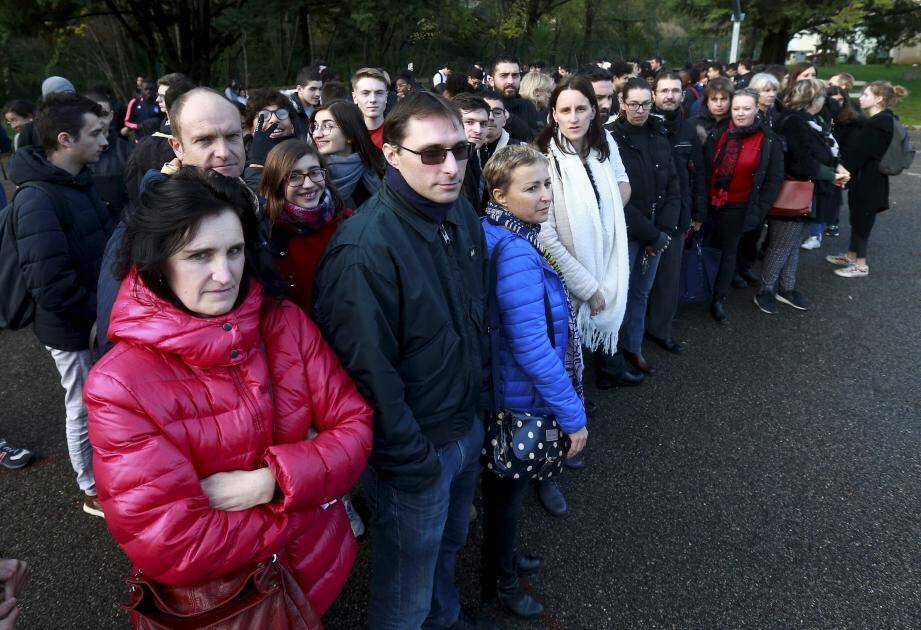 Profs et élèves du lycée Escoffier réunis dans la cour.