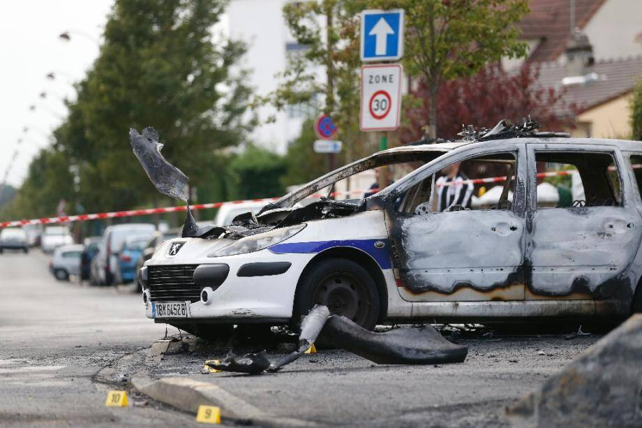 Un véhicule de police incendié à Viry-Châtillon dans l'Essonne après l'attaque de la voiture de patrouille le 8 octobre 2016