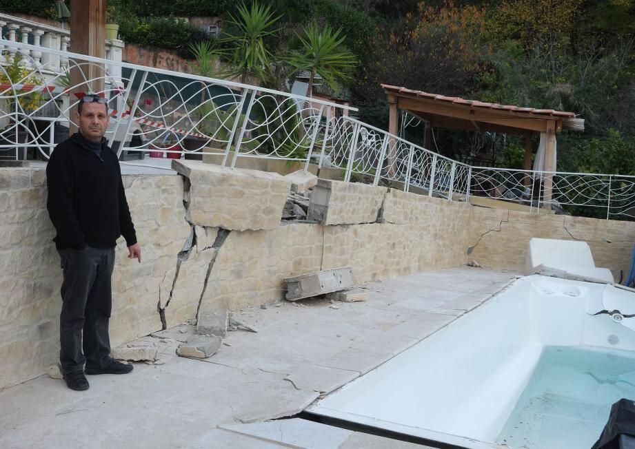 La terrasse et la piscine continuent de s'affaiser jour après jour.