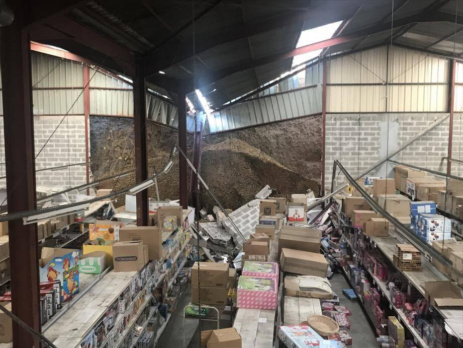 L'entrepôt Cash Jouets, situé chemin du Vallon-des-Vaux, à Cagnes-sur-Mer, sinistré après l'éboulement.