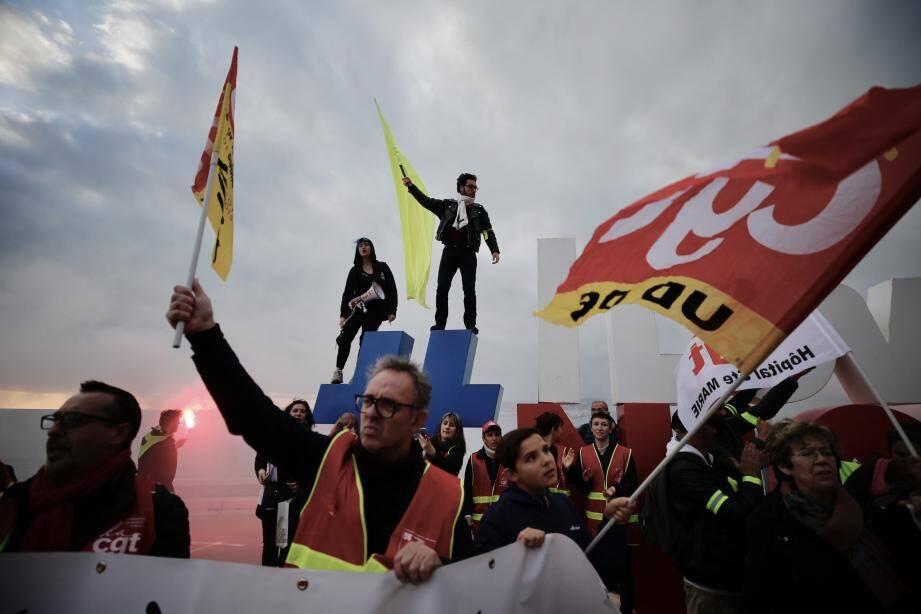 Les manifestants devant le #ILoveNice