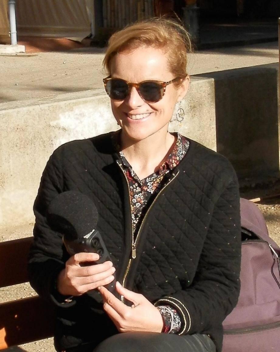 Micro en main, assise sur un banc, Ingrid Blanchard est prête à écouter les Porquerollais parler de leur île.
