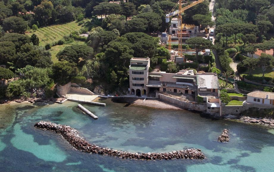 Sur cette photo aérienne, on voit que l'ancien port qui était sous la villa a disparu. Il a été remplacé par la petite darse à gauche du bâtiment. En revanche, l'enrochement de protection est toujorus là.