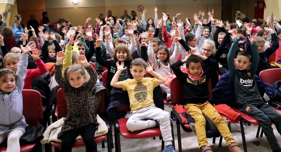 Les élèves du groupe scolaire Antoine-de-Saint-Exupéry ont bénéficié d'un spectacle offert par un soldat américain qui avait participé à l'organisation du premier Noël d'après-guerre pour les enfants du village.