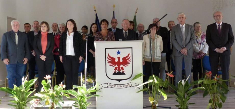 Alexandre Ferretti au centre, entouré de ses conseillers, d'élus et de Marine Brenier, députée.