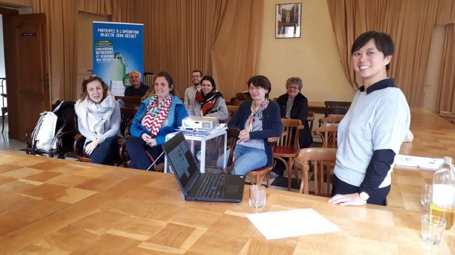 Maryse Favrou répond aux nombreuses questions des participants sur les emballages plastique et cartons.