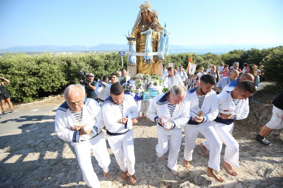 Procession du dimanche 8 juillet 2018. Les marins portent la vierge dans le chemin du Calvaire et la déposent devant la chapelle de la Garoupe au cap d'Antibes.